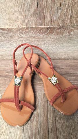 Rasteirinha bolsas relógio cosméticos calçados  - Foto 6