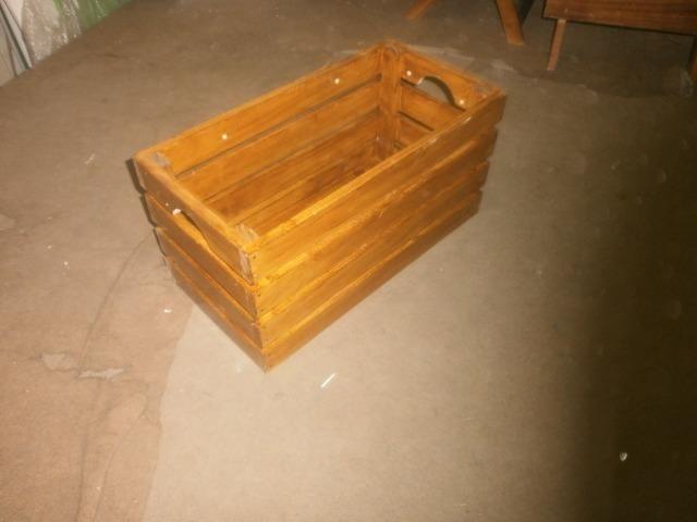 Engradados de madeiras - caixotes envernizados - medindo 58 x 30 x 30