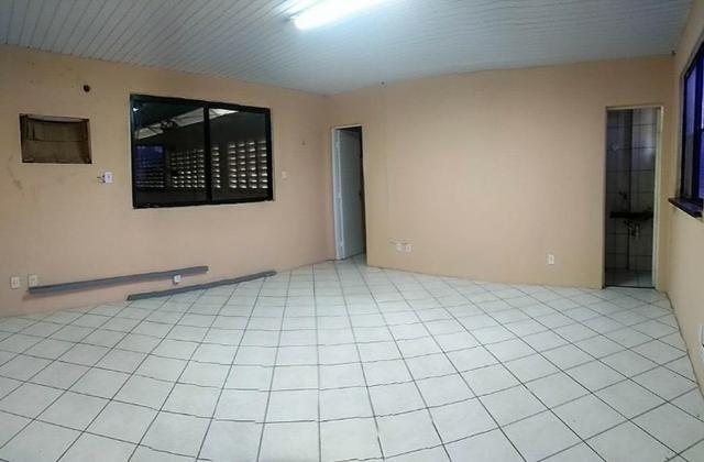 GA0040 Galpão Comercial no Ancuri, 700m² construído, escritório, vaga de garagem - Foto 10