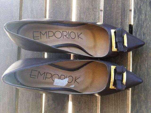Sapato marrom escuro - Couro - com detalhe em dourado. Nunca usado