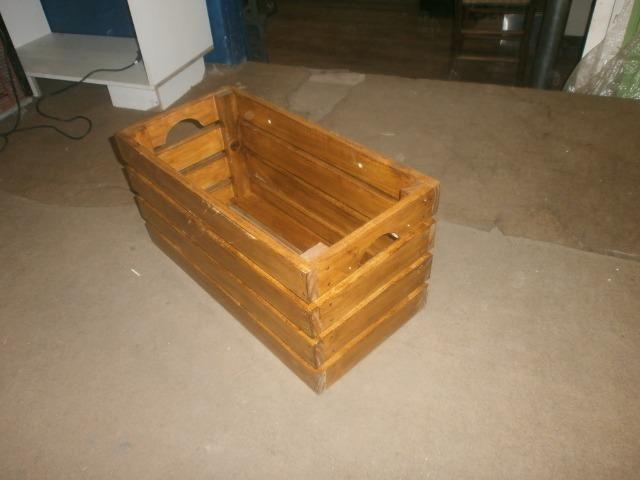 Engradados de madeiras - caixotes envernizados - medindo 58 x 30 x 30 - Foto 2