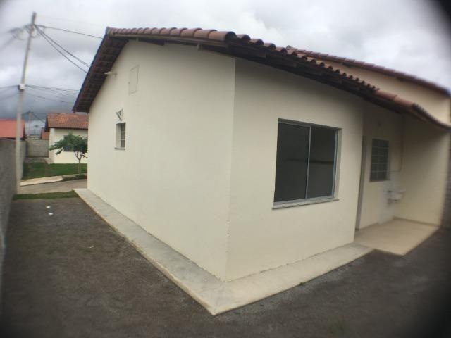 Lindas casas 02 qts padrão e Pne quintal garagem ótima localização transporte na porta - Foto 2