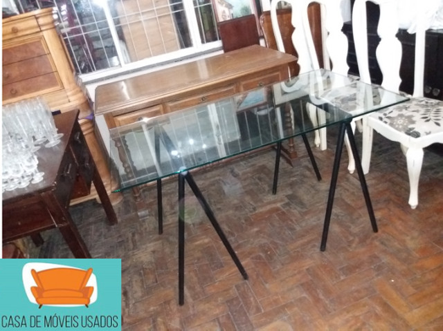 Escrivaninha de cavaletes com tampo de vidro - Foto 5