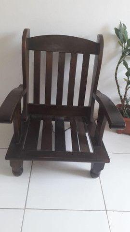 Vendo 02 cadeiras  de madeira - Foto 4