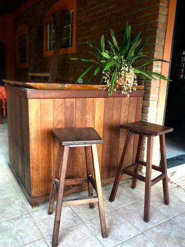 Balcão de madeira + 2 Banquetas - Foto 2