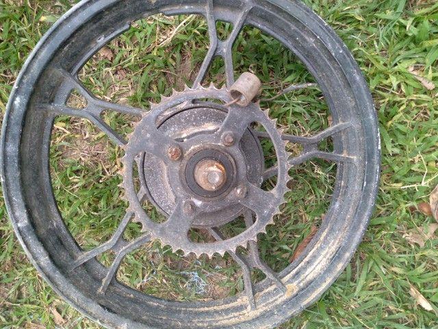 Roda traseira da moto indruder 125c , e churrasqueira da moto indruder 125c.