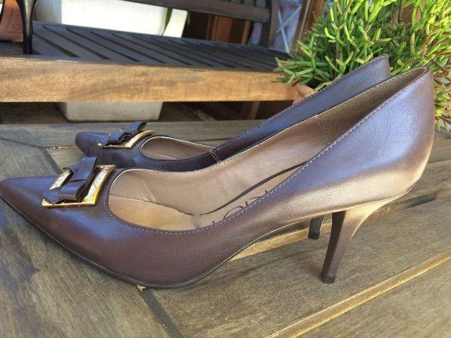 Sapato marrom escuro - Couro - com detalhe em dourado. Nunca usado - Foto 2