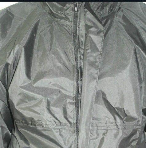 Jaquetas com capul é calça em nylon impermeável