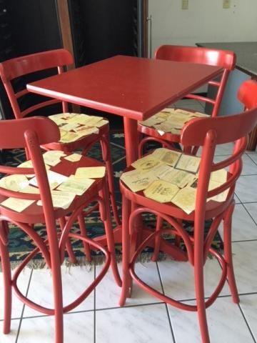 Mesa alta com 4 banquetas ( Thonart) vermelha