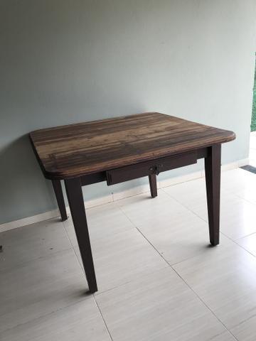 Mesa rústica de madeira maciça com gaveta
