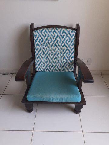 Vendo 02 cadeiras  de madeira