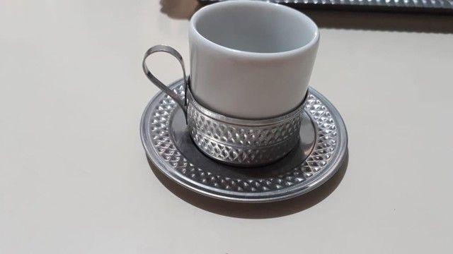 Vende-se Jogo de Xicaras de Café de Porcelana com base de inox - Foto 4