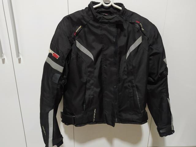 Capacete e jaqueta moto
