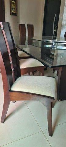 Vende-se mesa tampo de vidro com 8 cadeiras - Foto 2