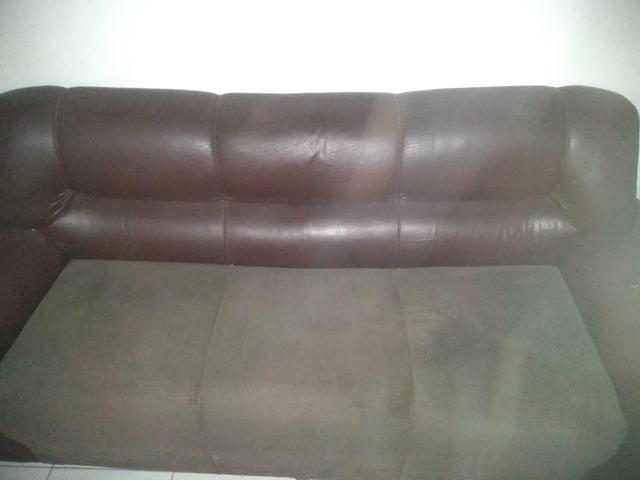 Vendo sofá 3 lugares muito grande de madeira boa - Foto 2
