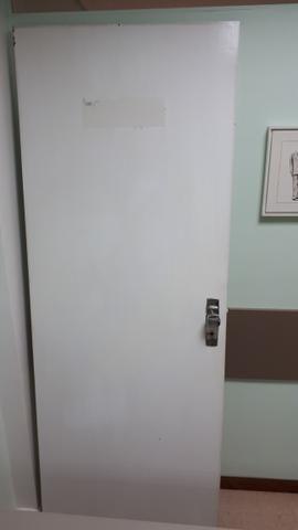 Porta Externa Branca com Fechadura