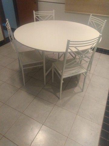 Conjunto mesa com base e 4 cadeiras - Foto 3
