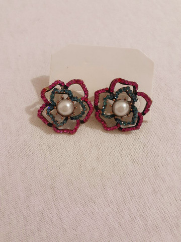 Brinco Flor médio com pedrinhas rosas e azuis. 10,00 Retirar em Piedade