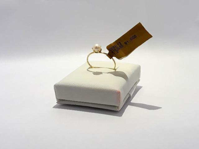 D) Anel de ouro 18k c/ pérola. tamanho 19