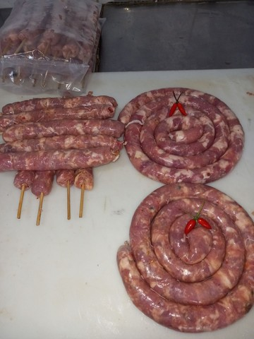 Linguiça caseira 100% cortada a faca com todas as parte do porco  - Foto 2