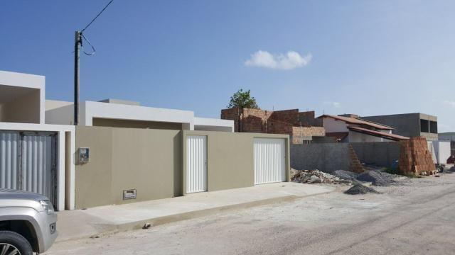 Vende-se casa de 3 quartos, sendo 1 suíte, 93 m2 em condomínio fechado