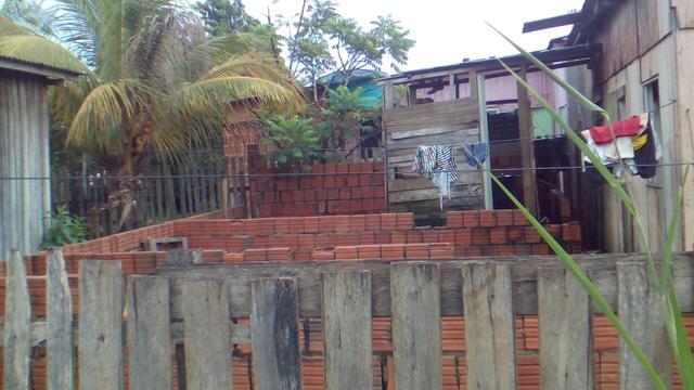 Vendo uma casa no bairro Distrito indústrial na principal perto do asfalto