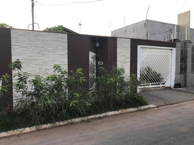Casa com churrasqueira,cozinha planejada em terreno de 200m2