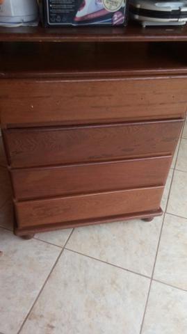 Vende se uma cómoda de madeira c 4gavetas usada