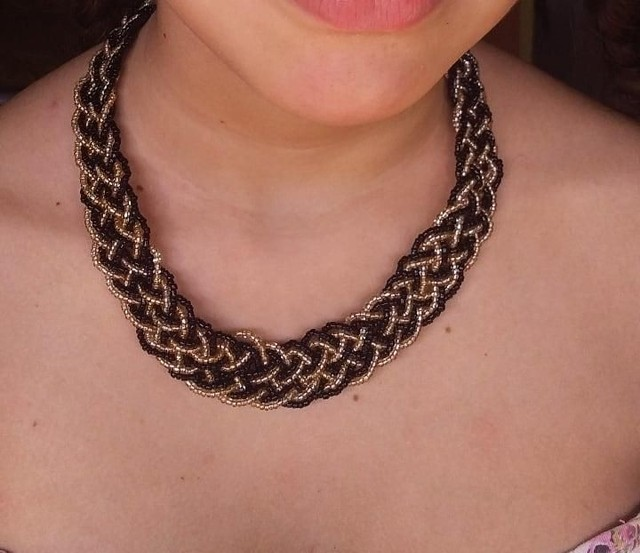 Max colar preto com dourado