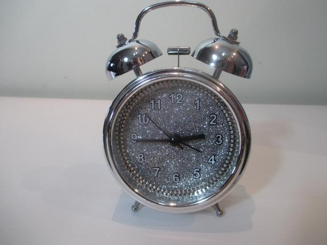 Relógio despertador cromado quartz estilo retrô - Leia a descrição