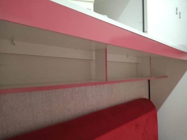 Armário branco com detalhes rosa - Foto 6