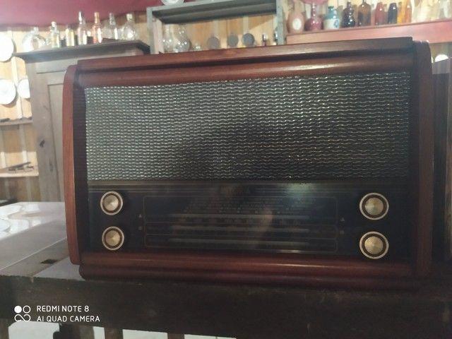 Rádio antigo de madeira