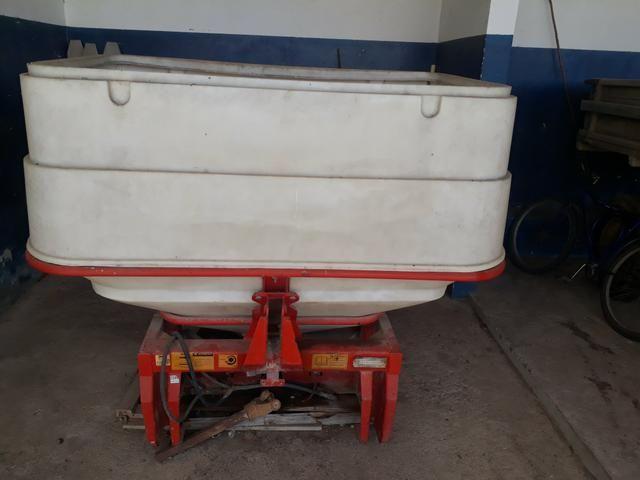 Adubadeira e calcariadeira hidraulica jumil 1200kg