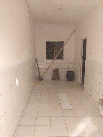 Aluga se uma casa com 2 quartos, cozinha, sala, garagem, wc e quintal toda na laje