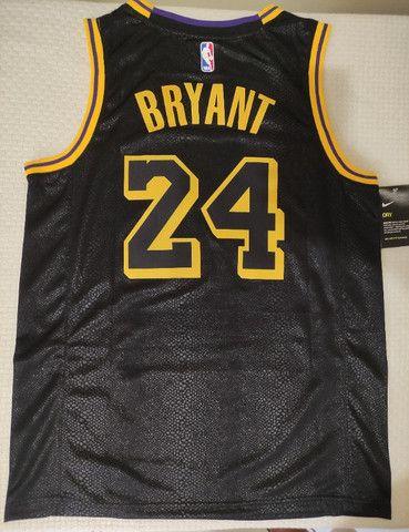 "Camisa Los Angeles Lakers ""City Edition"" - Kobe Bryant - Foto 3"