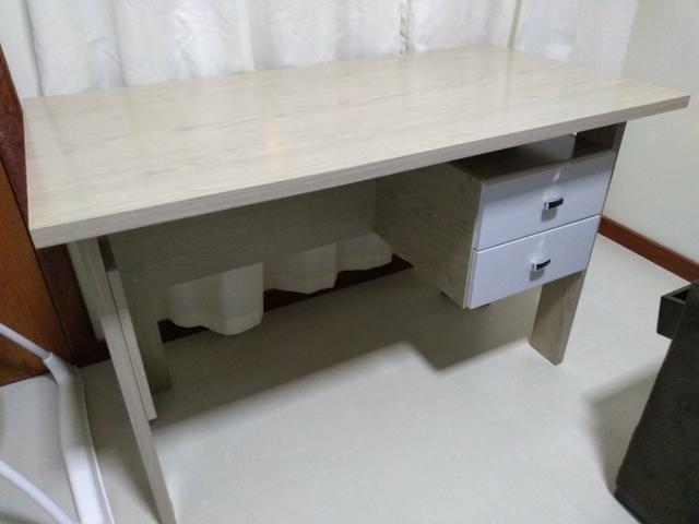Mesa com duas gavetas e cadeira de rodinhas