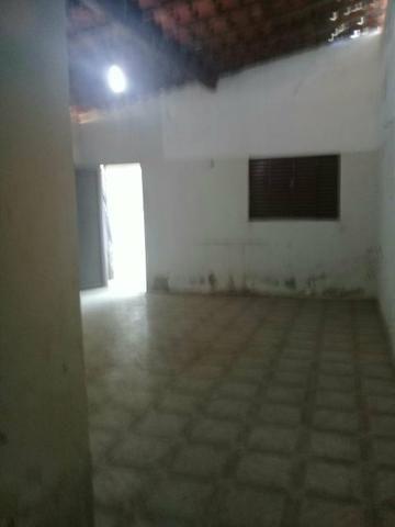 Vende -se uma casa com garagem, sala ampla, 3 quantos, cozinha ampla 1 banheiro e quintal - Foto 2