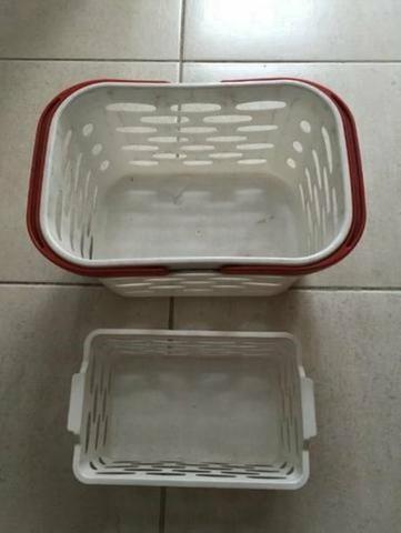 Cesta Cestinha Plastica Supermercado Farmáci Branca Vermelha - Foto 2