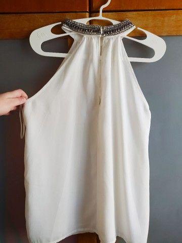 blusa regata branca gola fechada detalhe pedrarias - Foto 2