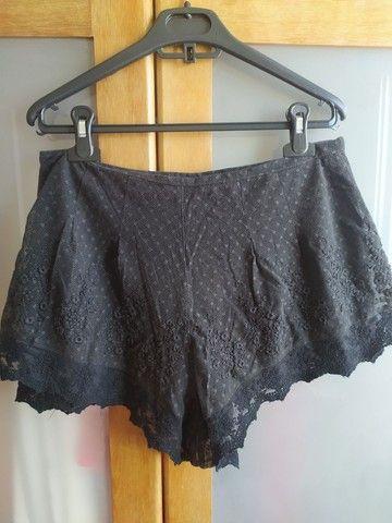 shorts preto rendado com forro e zíper invisível - Foto 3