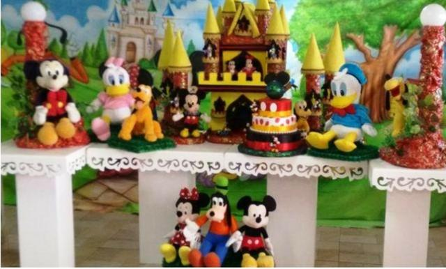 Pluto, Pateta, Pato Donald, Mickey e toda a turma na sua festa infantil