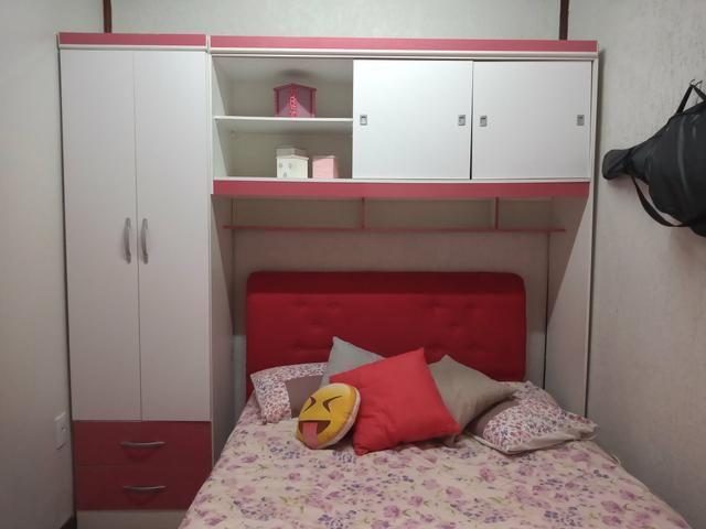 Armário branco com detalhes rosa - Foto 5