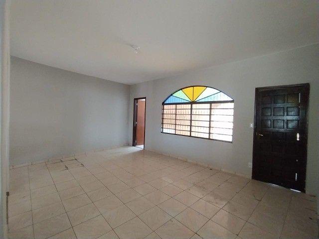 Linda Casa Amambai Próxima do Centro com 4 Quartos**Venda** - Foto 2