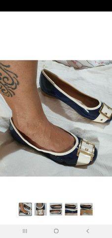 Sapatilha feminina de verniz azul marinho com fivela dourada