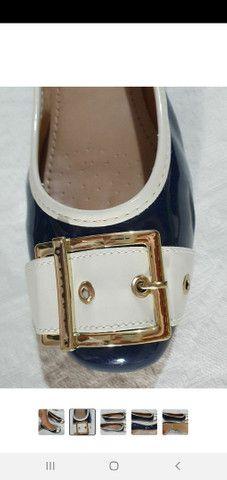 Sapatilha feminina de verniz azul marinho com fivela dourada  - Foto 2