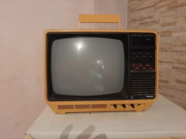 Televisão antiga funcionando  ou para decoração