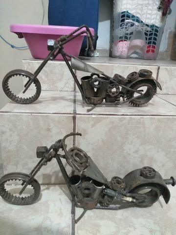 Escultura de moto com sucata