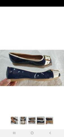 Sapatilha feminina de verniz azul marinho com fivela dourada  - Foto 4