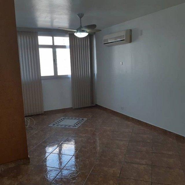 Amplo e arejado apartamento de 3 dorms (1 suíte) à venda no Gonzaga em Santos ? SP