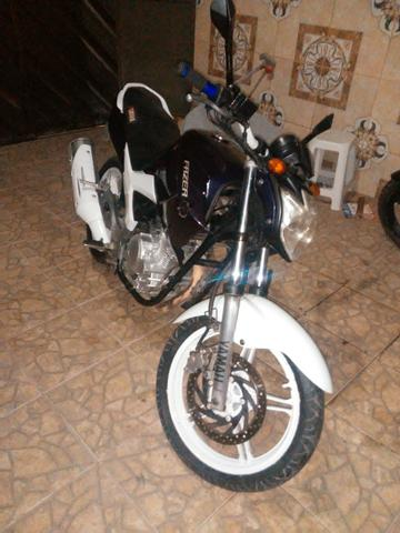Vendo uma moto feize top de linha toda legalizada so no ppnto de transferi